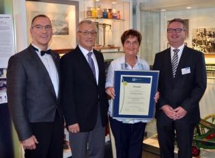 Inhaberfamilie Modenbach (von links: Harald, Rudolf und Amely Modenbach) und Gratulant Jürgen Pfeiffer